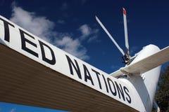 OrdFörenta Nationerna som är skriftlig ombord av helikoptern Mi-26 Royaltyfri Foto