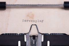 Ordfilmmanus som skrivas av skrivmaskinen Royaltyfri Foto