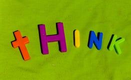 Ordfunderaren som är skriftlig vid färgrika leksakbokstäver fotografering för bildbyråer