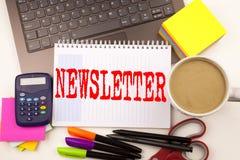 Ordhandstil prenumererar informationsbladet i kontoret med bärbara datorn, markören, pennan, brevpapper, kaffe Affärsidé för inte Royaltyfri Fotografi