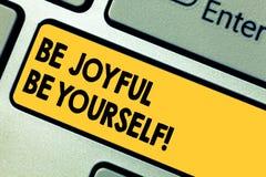 Ordhandstiltext är glad är själv Affärsidé för Enjoy livlycka som ler alltid gladlynt tangentbordtangent arkivbilder