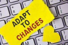 Ordhandstiltext anpassar till ändringar Affärsidé för innovativ ändringsanpassning med teknologisk evolution som är skriftlig på  Royaltyfri Foto