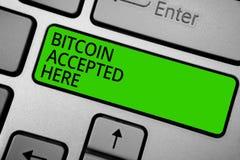 Ordhandstiltext Bitcoin som här accepteras Affärsidéen för dig kan inhandla saker till och med ände för Cryptocurrencies tangentb Arkivfoton