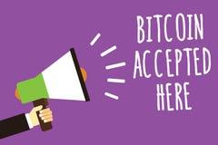 Ordhandstiltext Bitcoin som här accepteras Affärsidéen för dig kan inhandla saker till och med larmet för den Cryptocurrencies lj Royaltyfria Foton