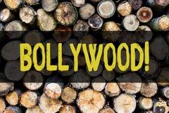 Ordhandstiltext Bollywood Affärsidé för tappning för bakgrund för bio för underhållning för Hollywood filmfilm trä royaltyfri fotografi