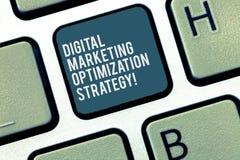 Ordhandstiltext Digital som marknadsför Optimizationstrategi Affärsidé för socialt massmedia som annonserar SEO Keyboard arkivbild