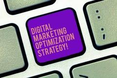 Ordhandstiltext Digital som marknadsför Optimizationstrategi Affärsidé för socialt massmedia som annonserar SEO Keyboard arkivfoton