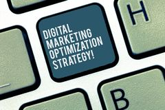 Ordhandstiltext Digital som marknadsför Optimizationstrategi Affärsidé för socialt massmedia som annonserar SEO Keyboard arkivfoto