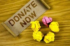 Ordhandstiltext donerar nu Affärsidéen för Give något till välgörenhet är en hjälp för organgivare andra begreppet för informatio royaltyfri fotografi