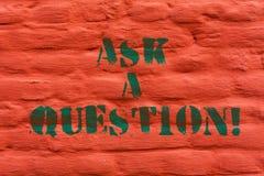 Ordhandstiltext frågar en fråga Affärsidé för Look for svar för lösningar för sakkunnig rådgivning på väggen för tegelsten för hj royaltyfria bilder