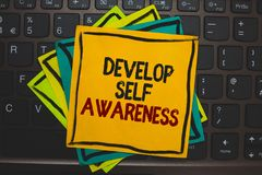 Ordhandstiltext framkallar självmedvetenhet Affärsidé för medveten kunskap för förhöjning av egen åtskilliga färgpinne för tecken arkivbild