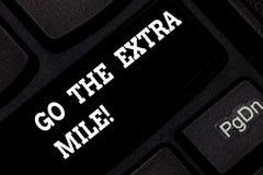 Ordhandstiltext går den extra mil Affärsidéen för Give ett extra gör mer, än förväntas från dig tangentbordet royaltyfri foto