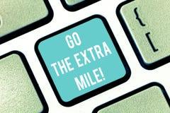 Ordhandstiltext går den extra mil Affärsidéen för Give ett extra gör mer, än förväntas från dig tangentbordet arkivbild