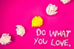 Ordhandstiltext gör vad du älskar Affärsidéen för positiva Desire Happiness Interest Pleasure Happy primaa ordrosa färger drar ti arkivbild