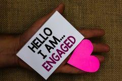 Ordhandstiltext Hello är jag engaged Affärsidéen för gav han cirkeln som vi ska få gift bröllop mänsklig handtouc royaltyfria foton