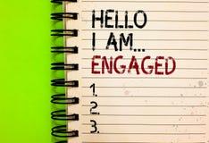 Ordhandstiltext Hello är jag engaged Affärsidéen för gav han cirkeln som vi ska få gift bröllop skriftlig svart a arkivbilder