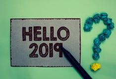 Ordhandstiltext Hello 2019 Affärsidéen för att hoppas för att en storhet ska hända för de kommande grå färgerna för det nya året  royaltyfri bild