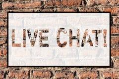 Ordhandstiltext Live Chat Affärsidéen för realtidsmassmediakonversation meddelar direktanslutet konst för tegelstenvägg som royaltyfri illustrationer