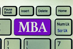 Ordhandstiltext Mba Affärsidé för avancerad grad i affärsfält liksom administration och marknadsföring arkivfoton