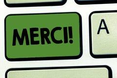 Ordhandstiltext Merci Affärsidé för definierat som tackar dig i franska språket som det är tacksamt till någon arkivfoton