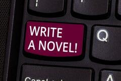 Ordhandstiltext skriver en roman Affärsidéen för är idérik skriva någon litteraturfiktion för att bli en författare royaltyfri bild