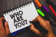 Ordhandstiltext som är dig frågan Affärsidéen för Identify själv personliga kännetecken för beskrivningen räcker hållande p arkivfoton