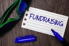 Ordhandstiltext som Fundraising Affärsidé för sökande av ekonomisk hjälp för välgörenhetorsak eller PA för företagidéanteckningsb arkivfoton