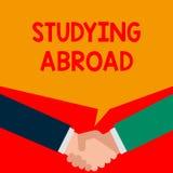 Ordhandstiltext som utomlands studerar Affärsidé för att lära förutom hem i främmande landresande två personer stock illustrationer