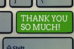 Ordhandstiltext tackar dig så mycket Affärsidé för uttryck av tacksamhethälsningar av gillande royaltyfria bilder