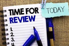 Ordhandstiltext Tid för granskning Affärsidé för kapaciteten Rate Assess som för utvärderingsåterkopplingsögonblick är skriftlig  arkivfoton