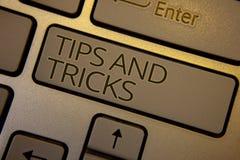 Ordhandstiltext tippar och trick Affärsidé för att förslag ska göra saker lättare hjälpsamt rådgivninglösningstangentbord att bry arkivbild