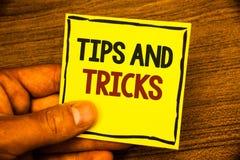 Ordhandstiltext tippar och trick Affärsidéen för att förslag ska göra saker lättare hjälpsamma rådgivninglösningar Man hållande y arkivbild