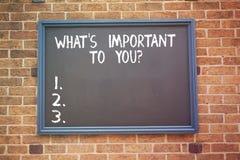 Ordhandstiltext vad S är viktigt till Youquestion Affärsidéen för berättar oss dina prioritetsmålmål royaltyfria foton