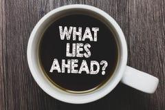 Ordhandstiltext vilka lögner framåt ifrågasätter Affärsidé för att fråga för information om något på wina för svart kaffe för väg fotografering för bildbyråer