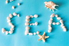 Ordhavet fodras med havsstenar Royaltyfri Foto