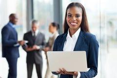 Ordinateur africain de femme d'affaires Photo libre de droits