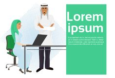 Ordinateur arabe de secrétaire Working At Laptop de Standing At Businesswoman de patron d'homme d'affaires illustration stock