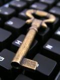 Ordinateur avec la clé Image stock