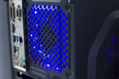 Ordinateur avec le refroidisseur d'air léger bleu photo stock