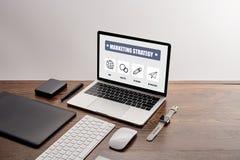 Ordinateur avec le site Web sur l'écran à la table en bois photo libre de droits
