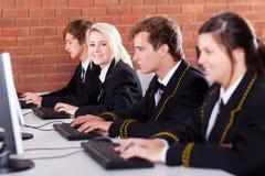 Ordinateur d'étudiants de lycée Images stock