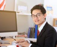 Ordinateur d'utilisation d'homme d'affaires dans le bureau image libre de droits