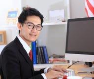 Ordinateur d'utilisation d'homme d'affaires dans le bureau photos libres de droits
