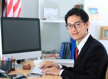 Ordinateur d'utilisation d'homme d'affaires dans le bureau homme d'affaires travaillant à COM photographie stock libre de droits