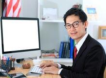 Ordinateur d'utilisation d'homme d'affaires dans le bureau homme d'affaires travaillant à COM images libres de droits