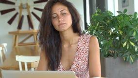 Ordinateur d'utilisation de femme d'affaires pour le travail Lancez le nouveau projet banque de vidéos