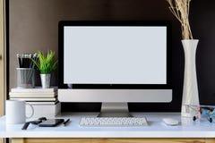 Ordinateur de bureau et accessoires de maquette sur le bureau, l'espace de travail et l'ordinateur de bureau Photo stock