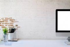 Ordinateur de bureau de maquette montrant l'espace blanc d'écran et de copie sur la table de bureau de studio Photo libre de droits