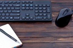 Ordinateur de clavier avec la souris et le carnet sur la table Photos libres de droits