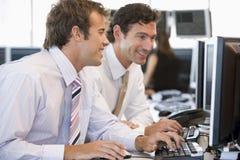 ordinateur de collègues fonctionnant ensemble Photographie stock libre de droits